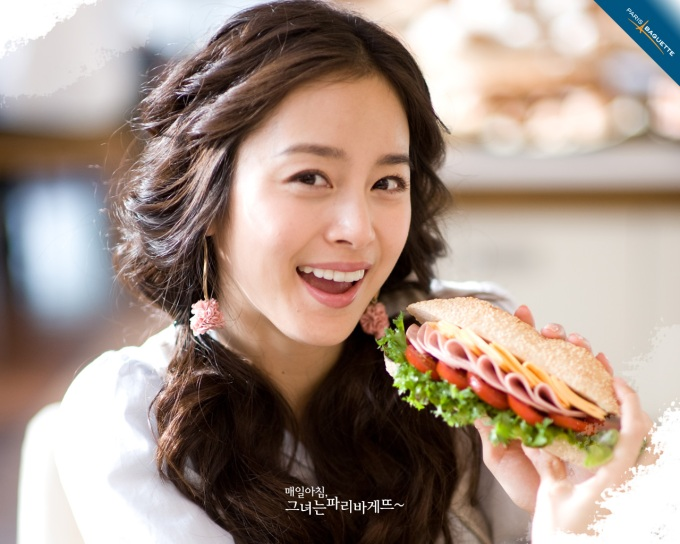 Kim Tae-hee about to eat some meat