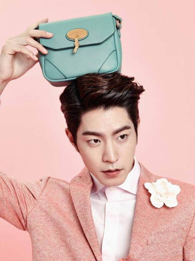 Hong Jong-hyun handbag on head