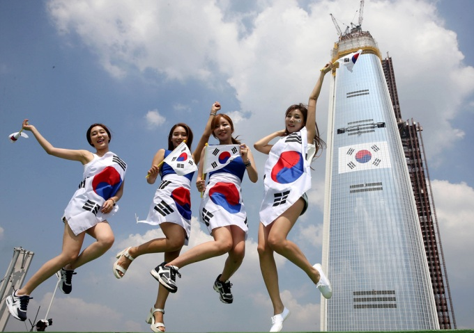 The Chosun Ilbo August 7 2015 Korean Women Korean Flag Korean Nationalism